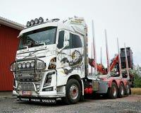 Volvo FH16 som loggar lastbilen med den Ponsse skorpionen Arkivfoton
