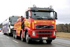 Volvo FH13 Tow Truck Tows resistente um ônibus Fotografia de Stock Royalty Free