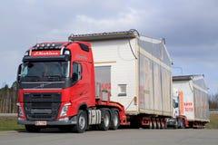 Volvo FH transporta el módulo preparado de antemano de la casa como carga de gran tamaño Fotografía de archivo libre de regalías
