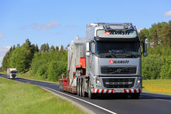 Volvo FH transporta el objeto industrial en la primavera Foto de archivo