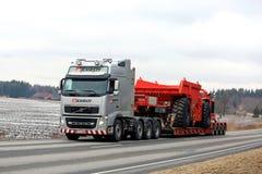 Volvo FH transportiert halb Bergbau-Fahrzeug stockbild