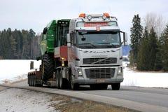 Volvo FH trasporta John Deere Combine Fotografie Stock Libere da Diritti