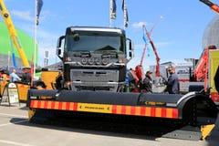 Volvo FH16 und REINER Epsilonrotations-Pflug Pajakulma auf Anzeige Lizenzfreie Stockfotos