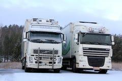Volvo FH y camiones de la DAF XF en nieve del invierno Imagen de archivo libre de regalías