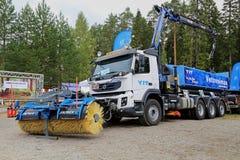 Volvo FMX 420 lastbil som utrustas med Snowek den roterande kvasten Royaltyfri Bild