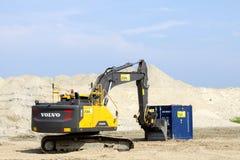 Volvo-graafwerktuig op een bouwterrein Stock Afbeeldingen
