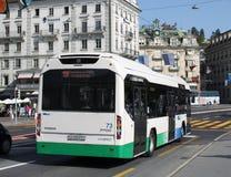 Volvo hybride transportent en Luzerne, Suisse. Photo libre de droits
