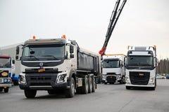 Volvo i Renault Przewozimy samochodem Dla demonstraci przejażdżki Zdjęcia Royalty Free