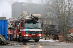 Volvo-Löschfahrzeug am Zementfabrik-Feuer in Salo, Finnland Lizenzfreie Stockfotos