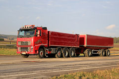 Volvo rosso FH16 540 con la roulotte sulla strada Immagini Stock