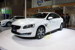 Volvo s60l phevgas-elkraft hybrid- vit bil Royaltyfri Bild