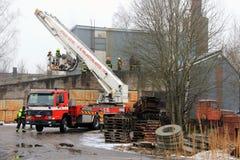 Volvo samochód strażacki przy Cementowym roślina ogieniem w Salo, Finlandia Zdjęcie Royalty Free