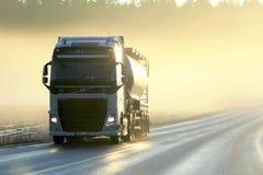 Volvo Semi tankowiec Przewozi samochodem w zmierzch mgle Obrazy Royalty Free