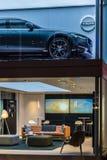 Volvo-toonzaal met auto op het hoger en modieus meubilair en t stock fotografie