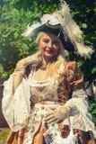 Volwassen blonde vrouw in Venetiaans kostuum openlucht Royalty-vrije Stock Afbeelding