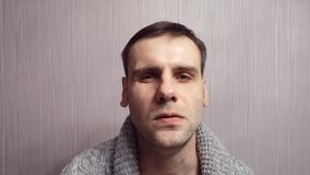 Volwassen boze mensen zenuwachtige close-up Heb agressief menselijk krampengezicht stock footage
