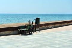 Volwassen die Driewieler door haven wordt geparkeerd Royalty-vrije Stock Afbeeldingen