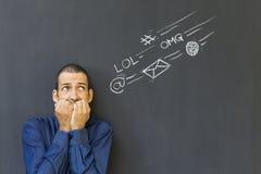 Volwassen die mens van sociale media overbelasting wordt gefrustreerd en wordt beklemtoond Stock Foto's