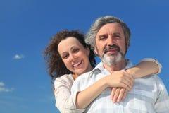 Volwassen dochter die haar vader van rug omhelst Royalty-vrije Stock Fotografie