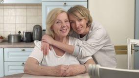 Volwassen dochter en bejaarde moeder stock video