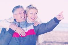 Volwassen echtgenootpunten aan iets het interesseren Stock Afbeelding