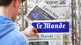 Volwassen Franse mens die Le Monde kopen bij perskiosk over Brexit stock videobeelden