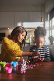 Volwassen helpend kind met ambachtproject royalty-vrije stock foto