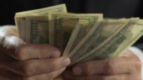 Volwassen maffia chef- tellende dollars, bedrijfspersoonshanden die geld, close-up houden stock videobeelden