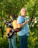 Man en vrouw bespoten bomen stock afbeelding