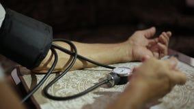 Volwassen mannetje, bloeddrukmetingen Gezondheidszorg in volwassenheid stock videobeelden