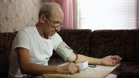 Volwassen mannetje, bloeddrukmetingen Gezondheidszorg in volwassenheid stock video