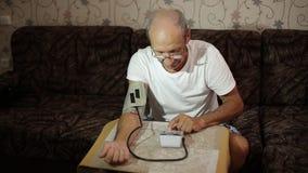 Volwassen mannetje, bloeddrukmetingen Gezondheidszorg in volwassenheid stock footage