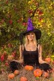 Volwassen meisje in Halloween-kostuum het praktizeren yoga Royalty-vrije Stock Afbeelding
