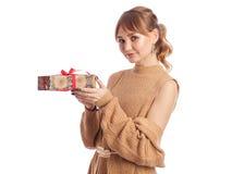 Volwassen meisje met gift Royalty-vrije Stock Fotografie