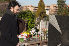 Volwassen Mens bij Begraafplaats Stock Afbeelding