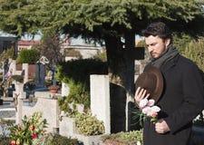 Volwassen Mens bij Begraafplaats Royalty-vrije Stock Foto's