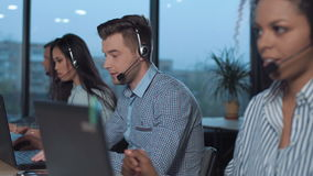 Volwassen mens in call centre stock video