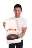 Volwassen mens die een cake van de chocoladeverjaardag houdt royalty-vrije stock foto