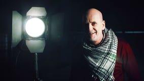 Volwassen mens die het licht schakelen stock footage