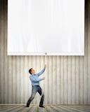Volwassen mens die lege banner trekken Stock Foto's
