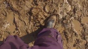 Volwassen Mens die met Laarzen bij de vuillandweg lopen stock video