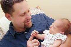 Volwassen mens en pasgeboren baby Royalty-vrije Stock Afbeeldingen