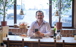 Volwassen mens in koffie Stock Foto's