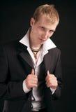Volwassen mens op zwarte backout Royalty-vrije Stock Foto