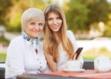 Volwassen moeder en dochter Royalty-vrije Stock Afbeeldingen
