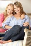 Volwassen moeder en dochter thuis Stock Fotografie