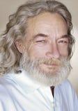 Volwassen oude mens met grijze haarglimlachen Royalty-vrije Stock Foto