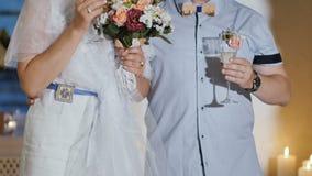 Volwassen paar bij huwelijksceremonie stock video