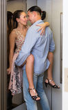 Volwassen paar die geslacht hebben bij lift Stock Foto