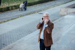 Volwassen persoon met grijze buiten gekleed haar elegant Royalty-vrije Stock Afbeeldingen